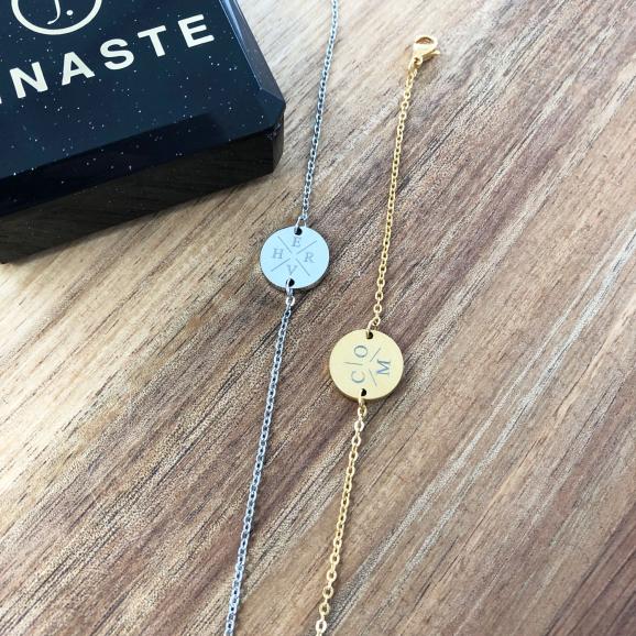 Gouden en zilveren armbandje op houten tafel
