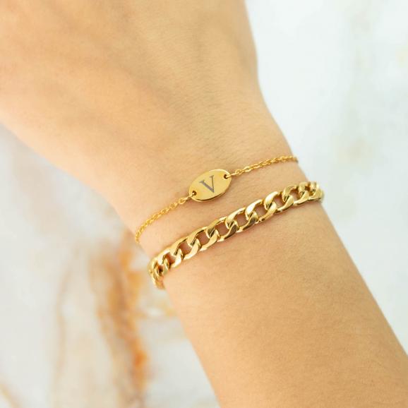 Gouden armbandjes in combinatie met schakelarmbandje