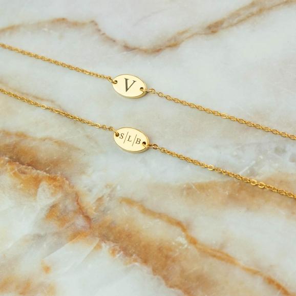 Gouden graveerbare armbandjes op plaatje