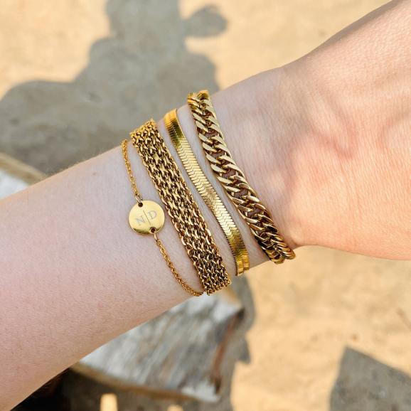 Trendy mix van armbanden in het goud