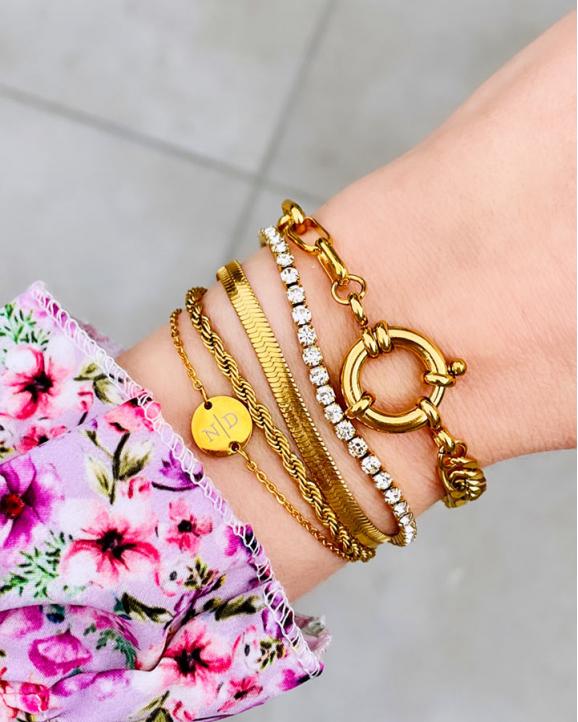 Tennis armband om pols met roze mouwtje