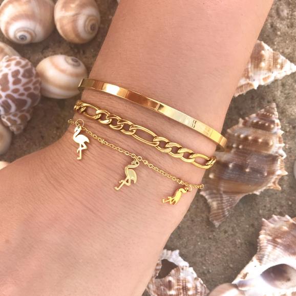 Gouden armparty op het strand met mix van armbandjes