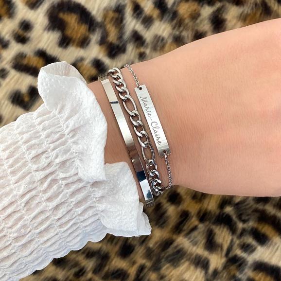 Zilveren armbanden om de pols voor een complete look