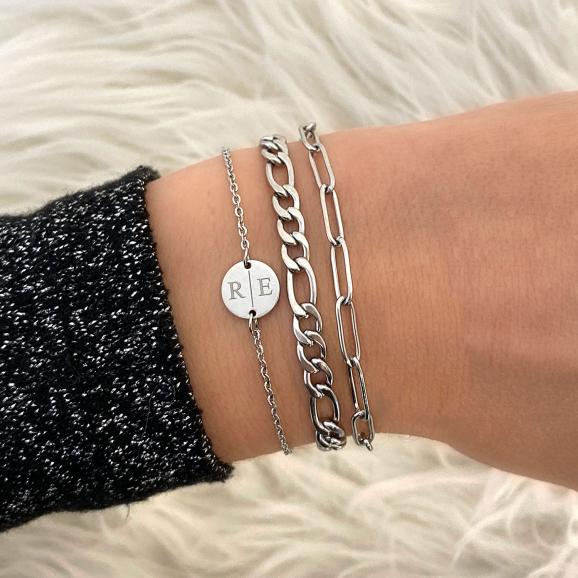 Zilveren armparty met twee initialen en een minimalistische schakelarmband