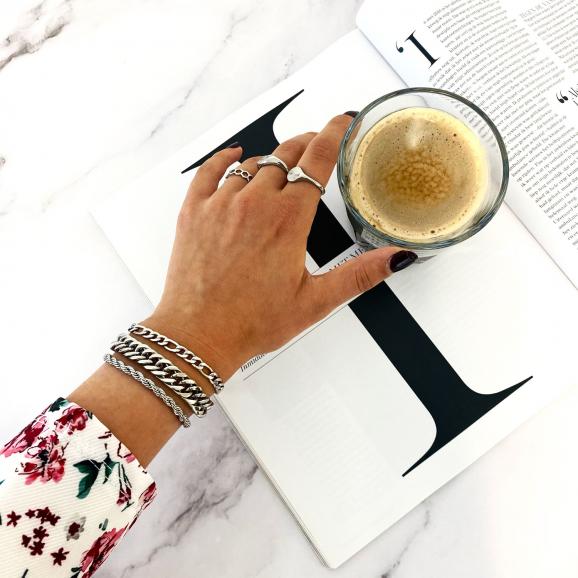 Trendy armbanden in het zilver om de pols
