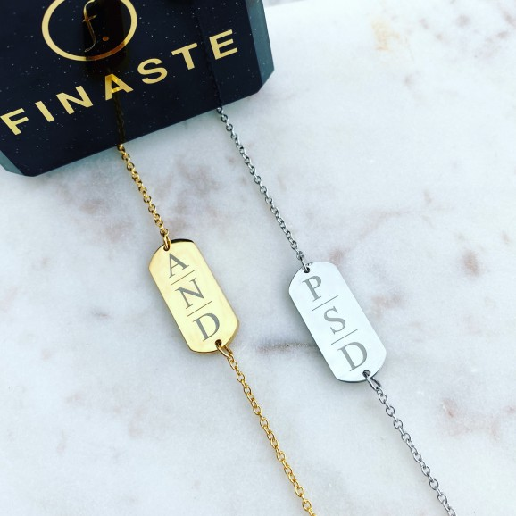 Twee armbandjes met drie initialen op marmer