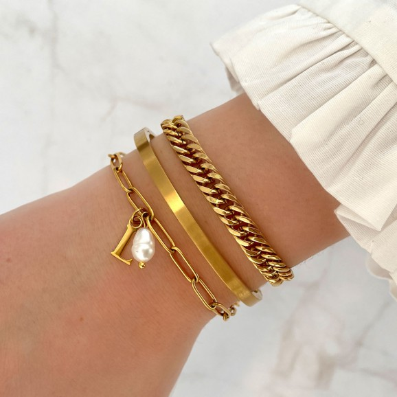 Pols met gouden musthave chain armband