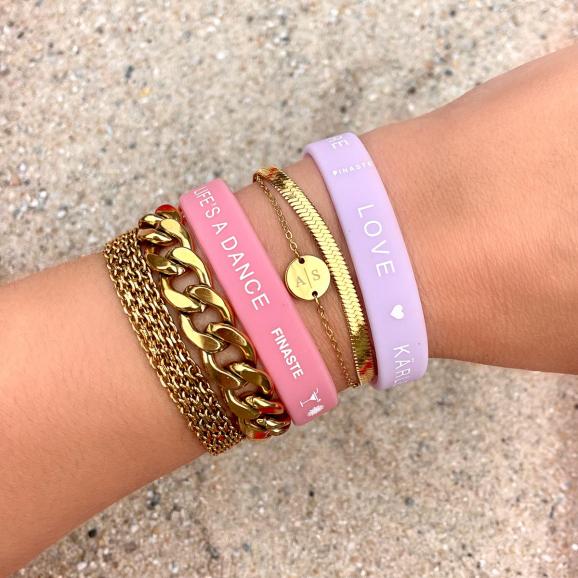 De lila love armband is perfect voor het combineren met onze andere sieraden