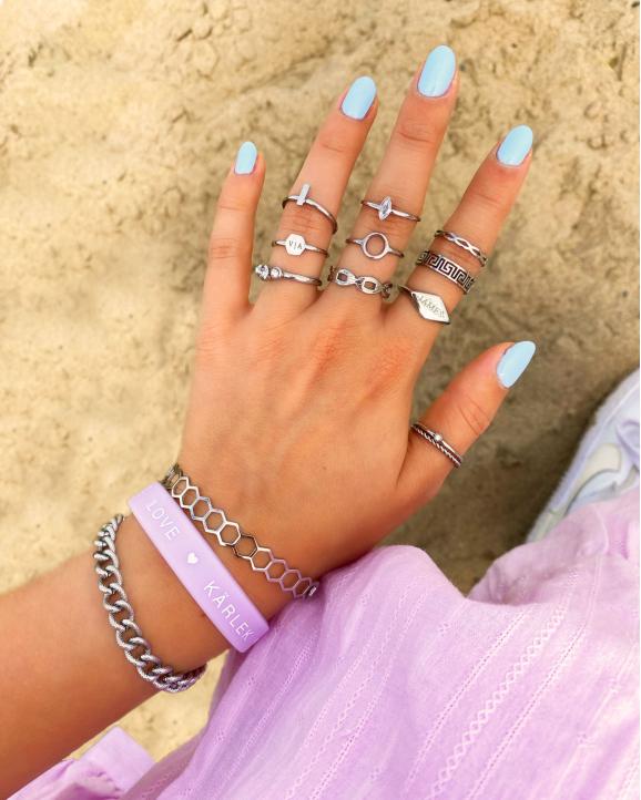 zilveren en lila armbanden en ringen