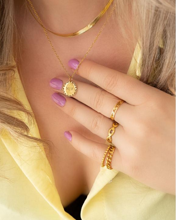 Gouden sieraden look met kettingen en ringen