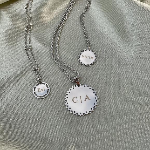 Zilveren initial kettingen met namen