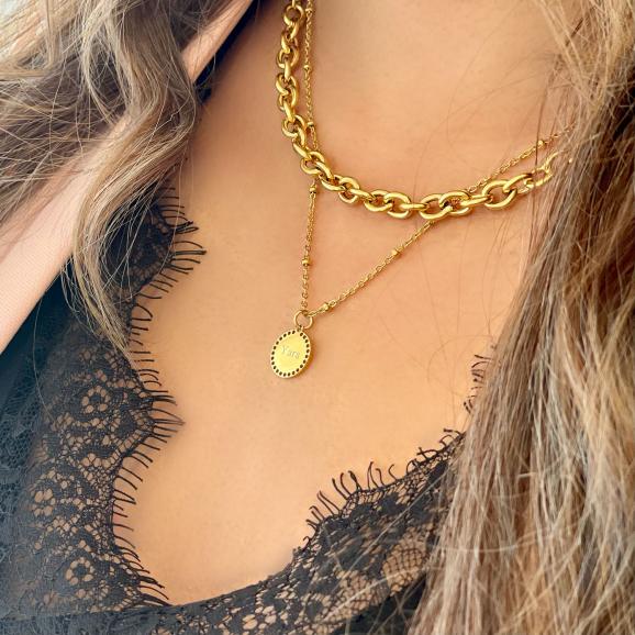 Gouden kettingen om hals