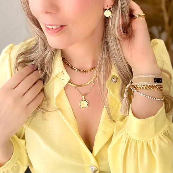 Mooie look met gouden sieraden