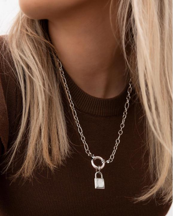 Zilveren chunky ketting met slot om de hals