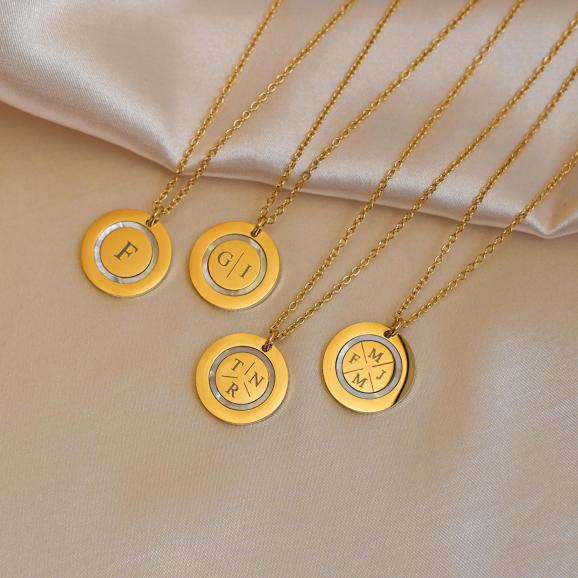 Mix van gouden initialen kettingen op satijn