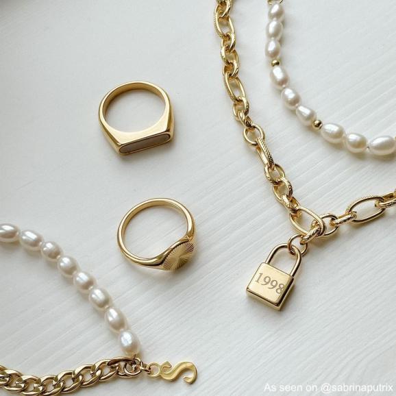 Mix van goud kleurige sieraden