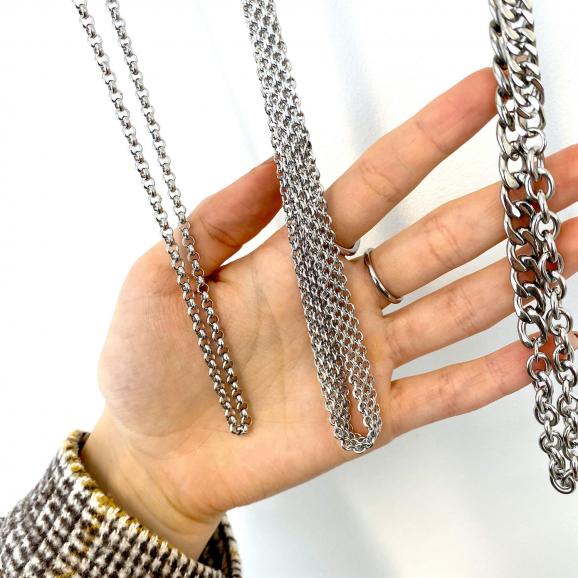 Trendy mix van zilveren sieraden aan een rek