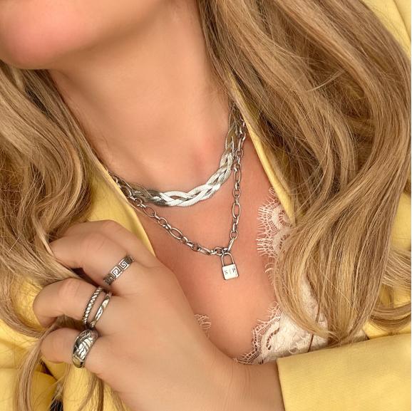 Blonde vrouw draagt mooie zilveren kettingen