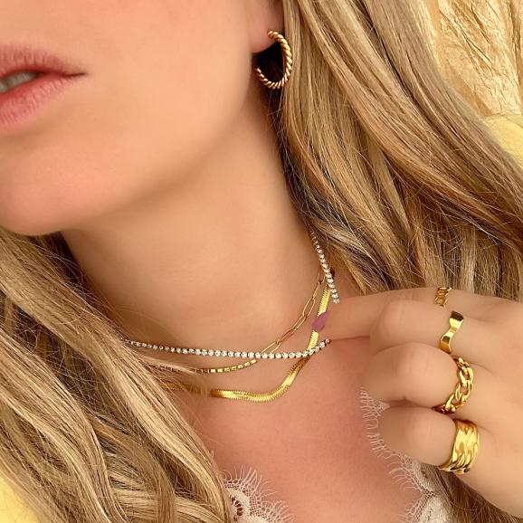 Blonde vrouw draagt mix van mooie gouden sieraden
