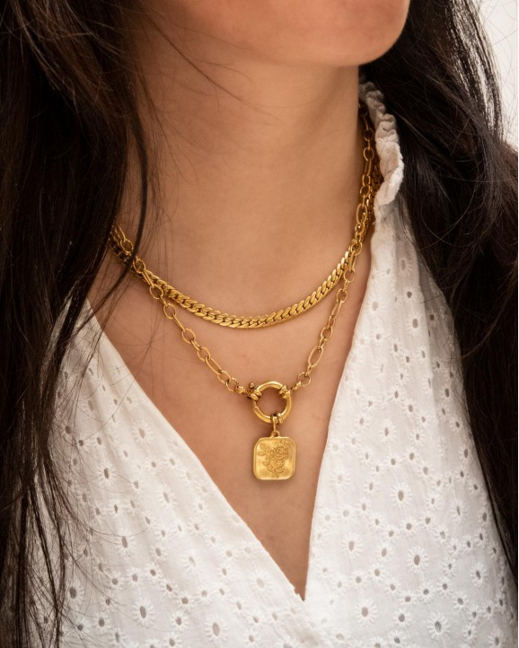 Mooie necklace party om de hals van het model met nieuwe gouden kettingen