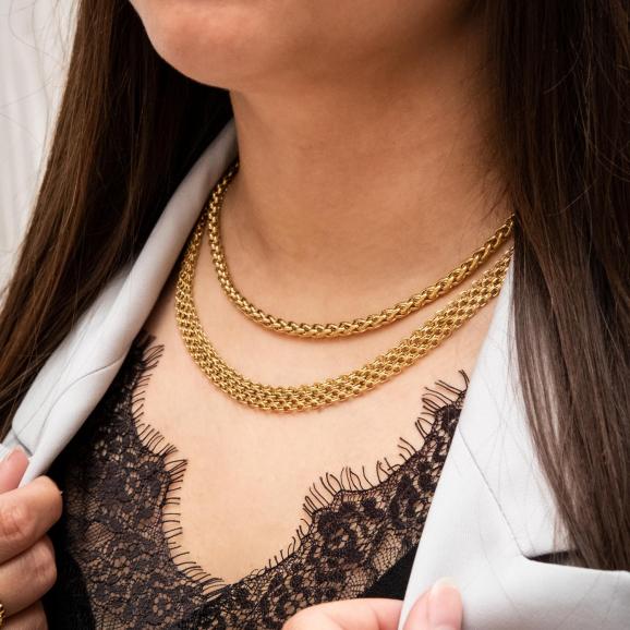Trendy gouden kettingen om de hals van het model