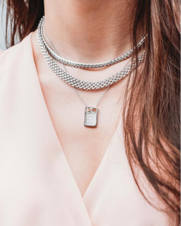 Model met zilveren necklace party