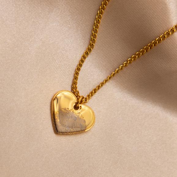 Ketting hartje met vingerafdruk in het goud op satijn