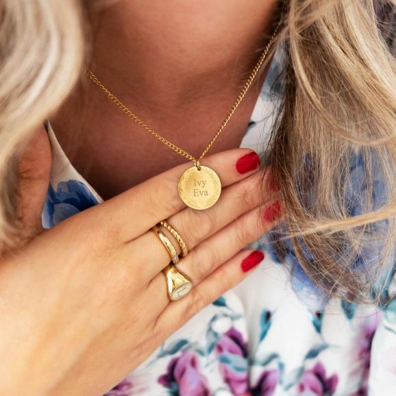 Trendy ketting om de hals van het model in het goud