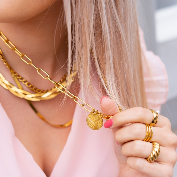 Ringparty in het goud om de hand van het model