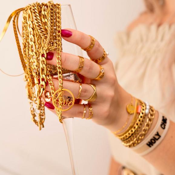 gouden sieraden in glas en om hand model