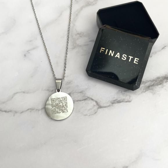 Trendy zilveren graveerbare ketting met qr code in een sieradendoosje