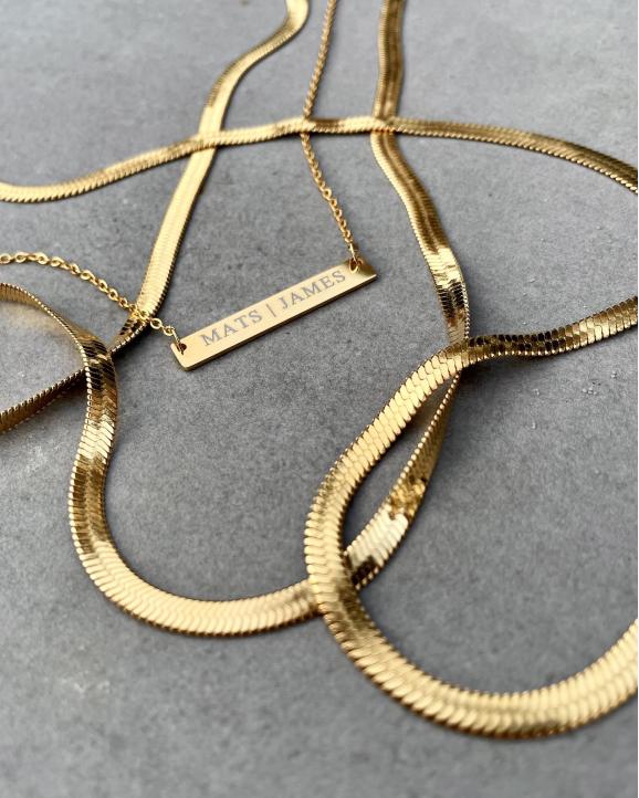 Graveerbare bar ketting samen met platte kettingen in de kleur goud