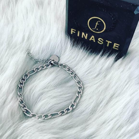Stainless steel armband met schakels op zachte achtergrond