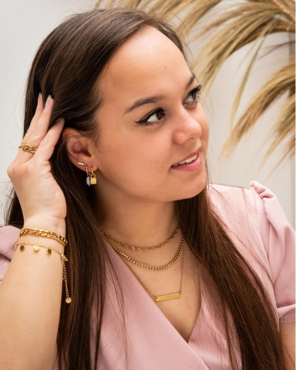 Mooie goudkleurige oorbellen met een slotjes hanger