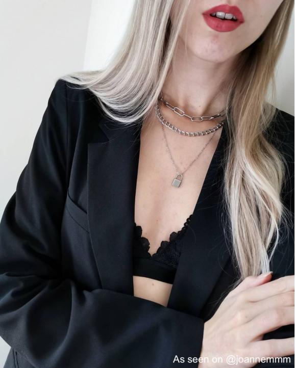 Influencer draagt necklace layer van finaste