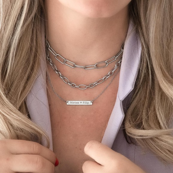 Trendy zilveren sieraden om de hals bij lila top