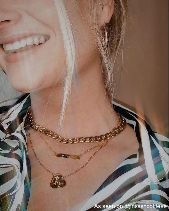 Influencer iris draagt bar ketting om hals