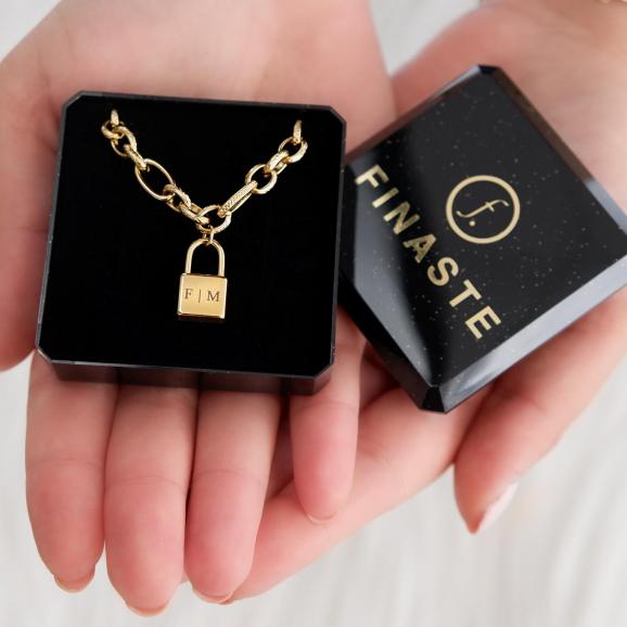 Ketting met slot in een sieradendoosje om cadeau te geven