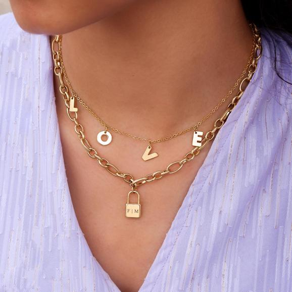 Trendy sieraden om de hals met een love hanger