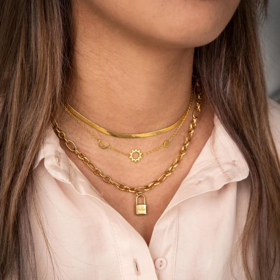 Mix van drie gouden kettingen om hals