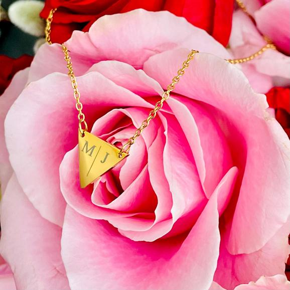 Goud kleurige driehoek ketting met initialen