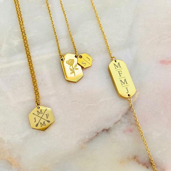 Goudkleurige sieraden op een marmer plaatje