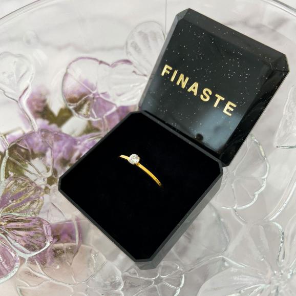 De ring met sparkle ontvang je in een sieradendoosje