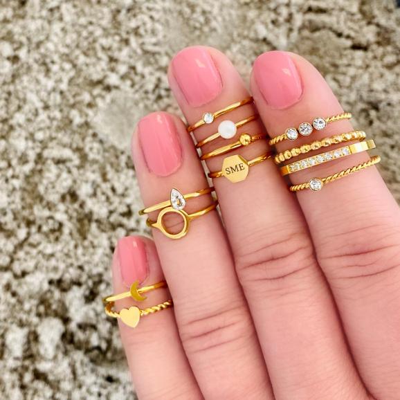 Hexagon ring in het goud kleurig om de hand