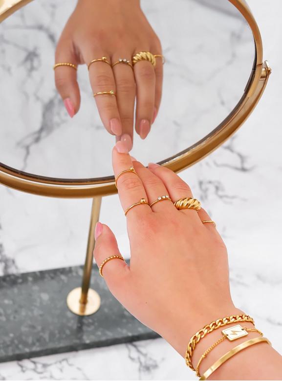 Mooie ring met een complete look om de pols