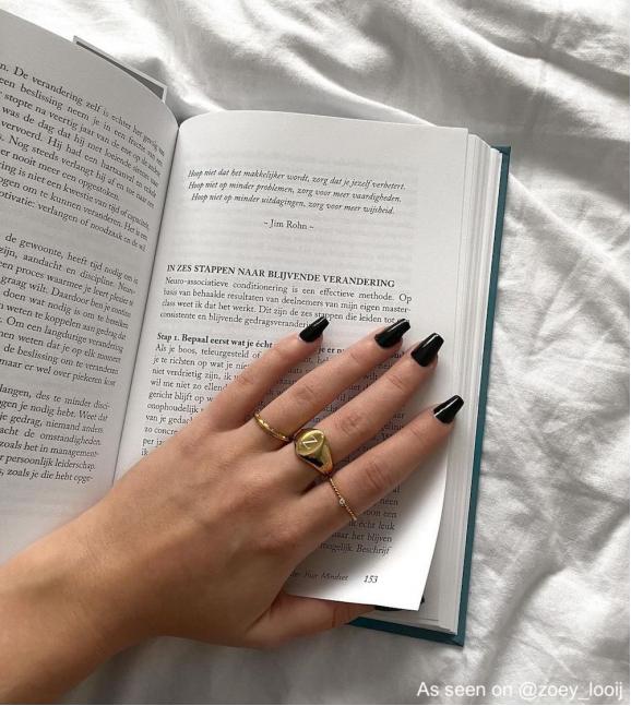 Influencer draagt drie finaste ringen