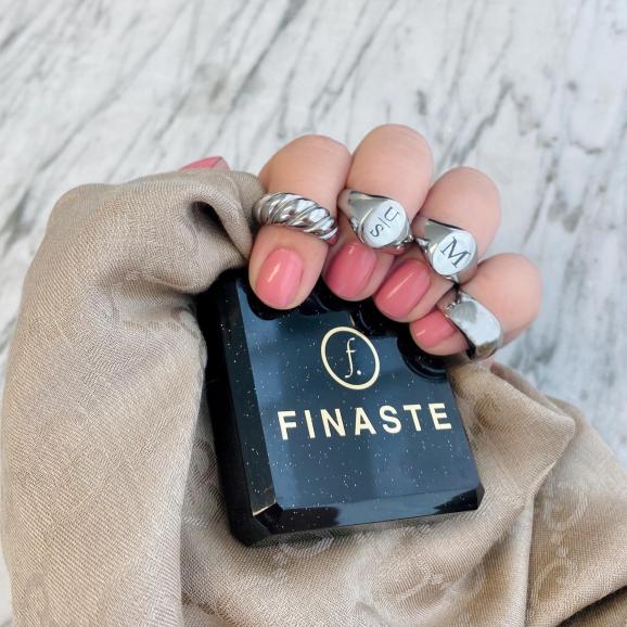Mooie ringen in de hand met een sieradendoosje