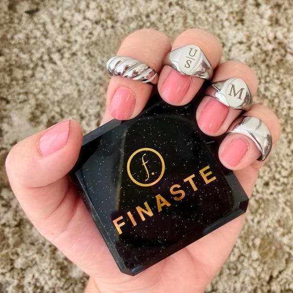 Mooie look van ringen met een sieradendoosje erbij