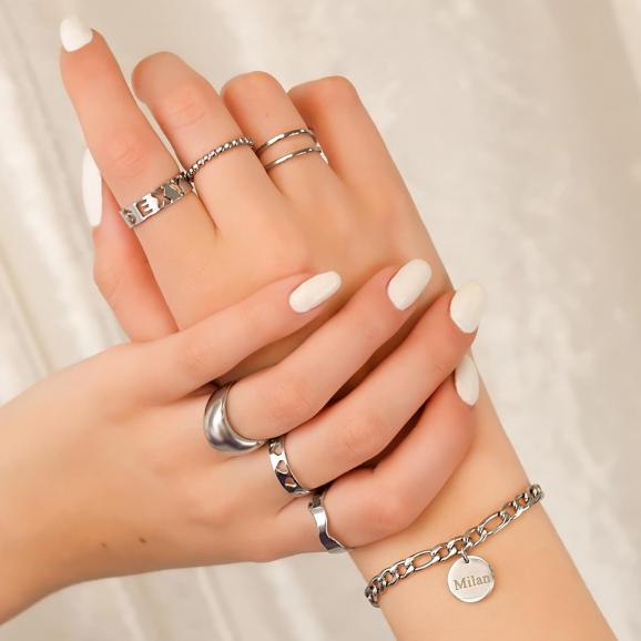 Trendy mix van zilveren ringen om handen