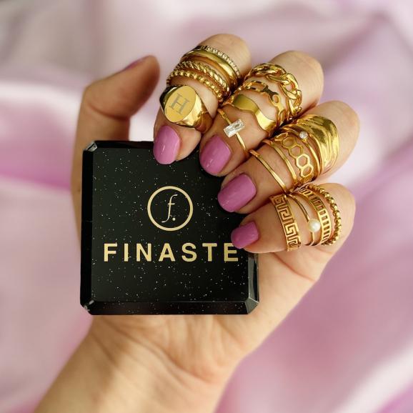 Trendy ringen in het goud om de hand met sieradendoosje